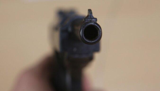 ВИДЕО: Инвалид, державший ногами игрушечный пистолет, попытался ограбить магазин