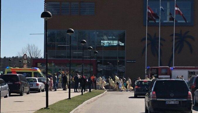 Задымление в аквапарке Līvu: посетителей в купальниках и плавках вывели на улицу