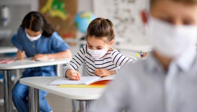 Сейм поручил правительству рассмотреть целесообразность требования ношения масок школьникам