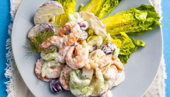 Garneļu salāti ar vīnogām un selerijām