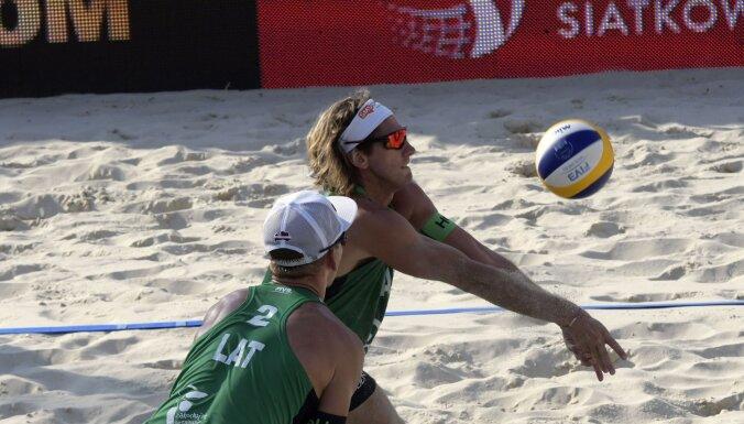 Samoilovs/Šmēdiņš 'play-off' spēlē pieveic poļus; Pļaviņa/Toča pretinieki maču izlaiž