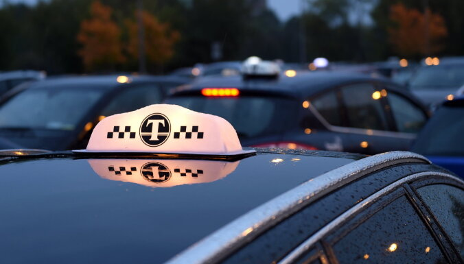 Пьяный таксист совершил аварию: у водителя нашли оружие
