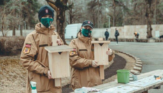 Rīgas Brāļu kapos uzstādīti jaunsargu veidoti putnu būrīši