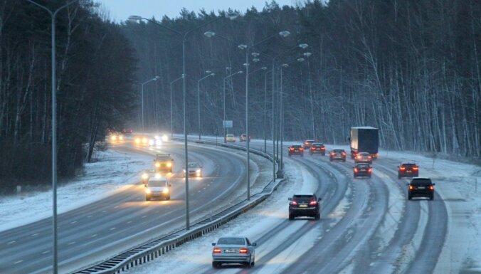 Snigšanas dēļ vakarā vietām gaidāmi slideni ceļi; nakts būs auksta