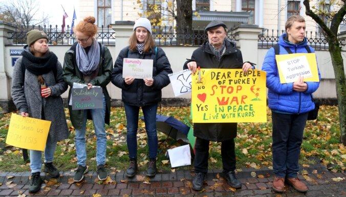 Foto: Cilvēki pie Turcijas vēstniecības Rīgā protestē pret agresiju Sīrijā