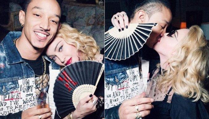Viņam 25, viņai – 61: Kā Madonna draiskojas ar jauno mīļāko
