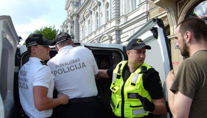 Četri policisti aiztur večiņu (video)