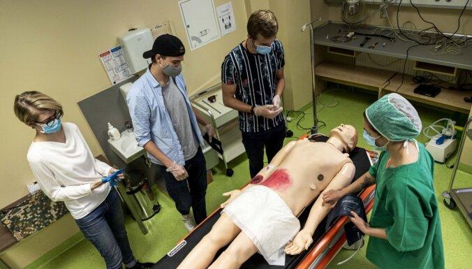 Foto: Topošie ārsti RSU ar moderniem traumu simulatoriem mācās glābt dzīvības