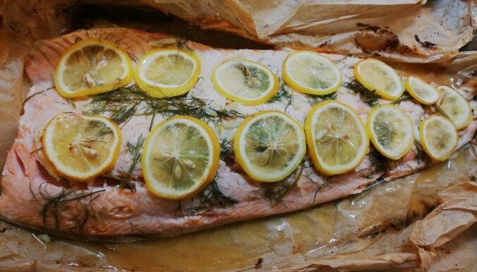 Foto recepte: sulīga laša fileja ar citroniem, ķiplokiem un zaļumiem
