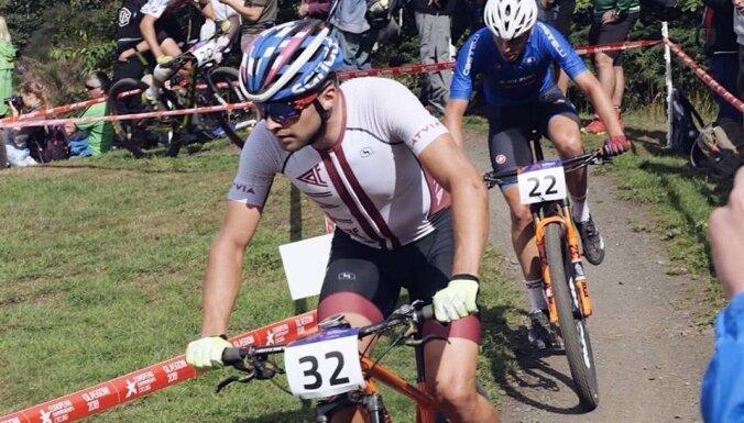 Kalnu riteņbraucējs Blūms izcīna 22. vietu Eiropas čempionātā olimpiskajā krosā