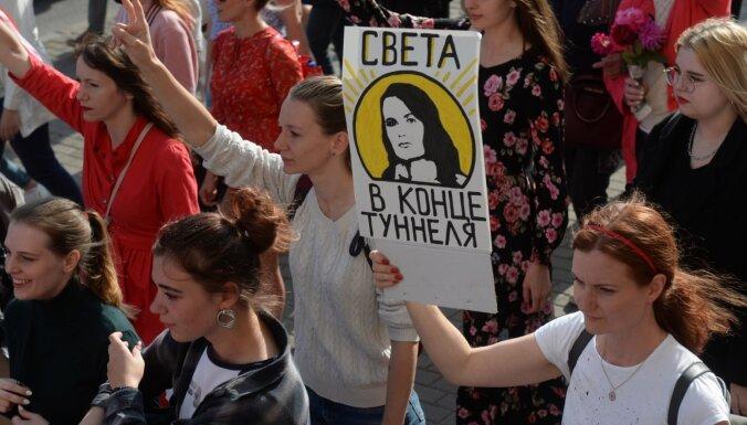 Foto: Minskas ielās protestā iziet tūkstošiem sieviešu; aizturēti simts cilvēki