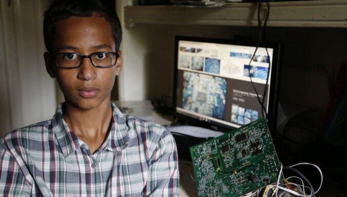 Par ASV pašdarinātā pulksteņa atnešanu uz skolu aizturēto pusaudzi Obama un Zakerbergs aicina ciemos