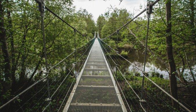 Foto: Gājēju trošu tilts, kas ved pāri lielākajai Ziemeļkurzemes upei – Irbei