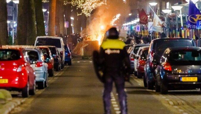 Nīderlandē turpinās protesti pret komandantstundu un nekārtības