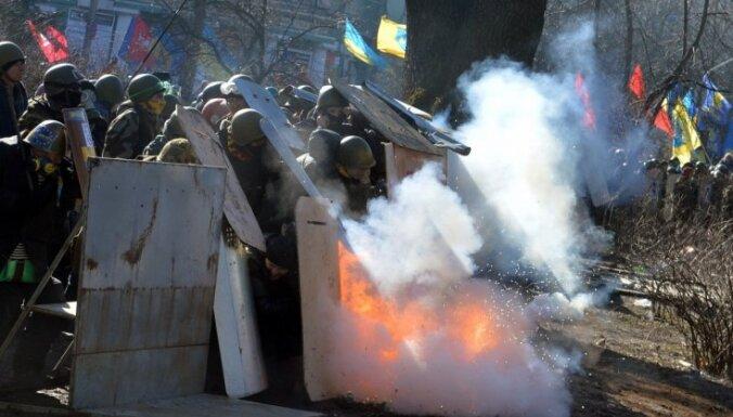 21 февраля: пылающий Киев, шоу Брайтман в Риге и машины депутатов