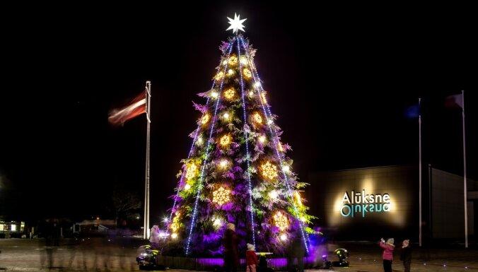 ФОТО. К Рождеству готовы! 25 самых красивых новогодних елочек Латвии