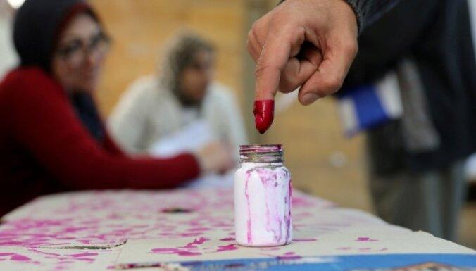 Foto: Ēģiptē vēl prezidentu; nebalsojušos sodīs