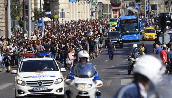 Foto: Migrantu pūļi ar kājām dodas Austrijas robežas virzienā