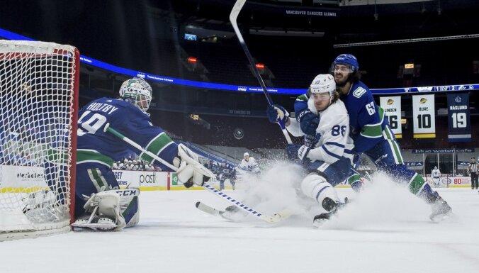 'Canucks' pēc atgriešanās NHL apritē izcīna otro uzvaru pēc kārtas