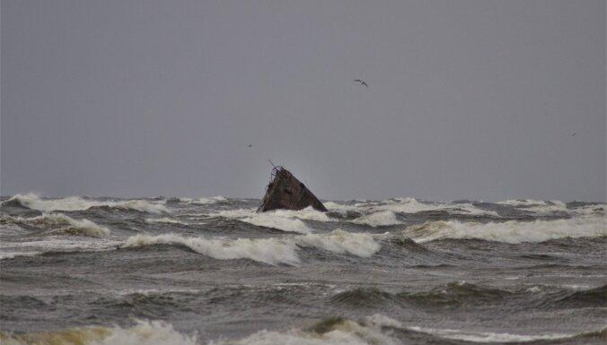 Foto: Vējš un iespaidīgas šļakatas Mangaļsalas molā un pie vecā kuģa vraka