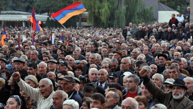 Armēnijā 16 000 cilvēku protestē pret valdību