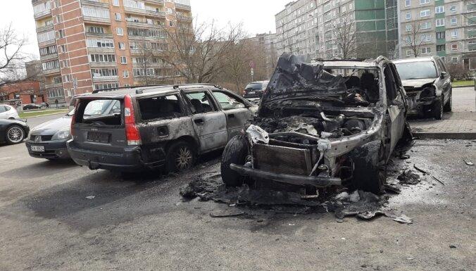 ФОТО: В Пурвциемсе ночью сгорел еще один BMW X5: полиция отрицает связь с убийством Беззубова