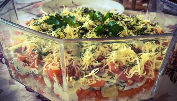Kārtainie salāti ar lasi un avokado