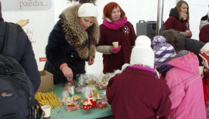 Pie Saeimas ēkas atvērta Ziemassvētku radošā darbnīca