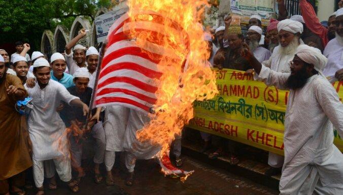Protestētāji mēģinājuši ielauzties ASV vēstniecībā Bangladešā