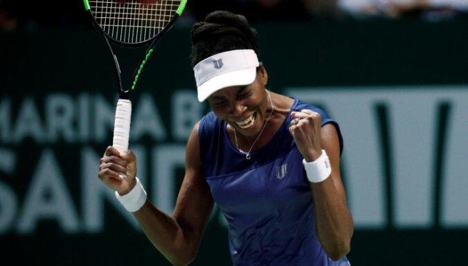 Venusa Viljamsa pārspēj Mugurusu un iekļūst WTA finālturnīra pusfinālā