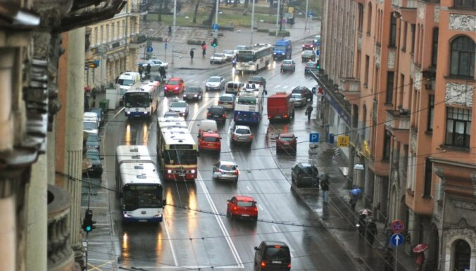 No pirmdienas jārēķinās ar pamatīgiem satiksmes ierobežojumiem Brīvības ielā
