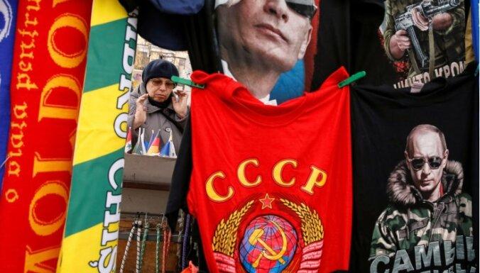 Венгерская полиция заставила россиян снять майки с символикой СССР
