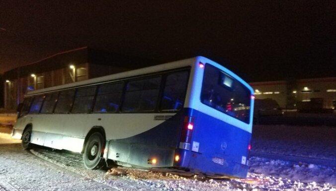 Foto: 'Rīgas satiksmes' autobuss noslīd no ceļa un iebuksē