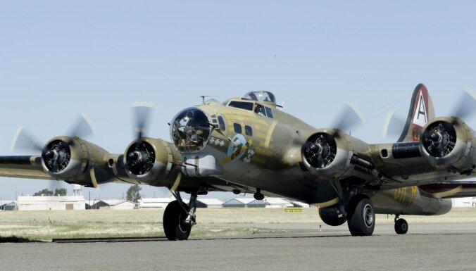ASV nogāzies Otrā pasaules kara bumbvedējs B-17; septiņi bojāgājušie