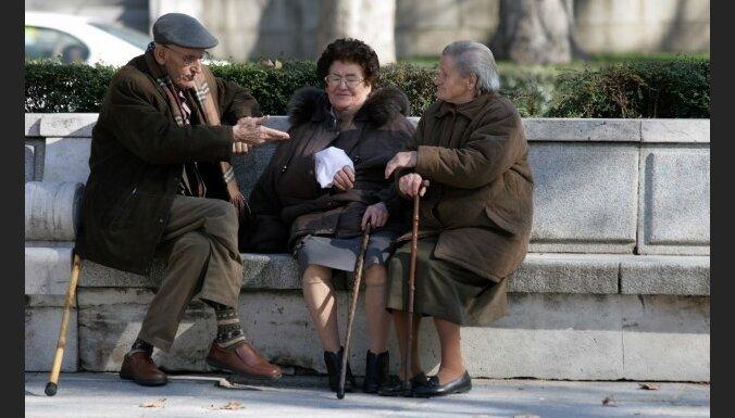 Опрос: работающим нельзя резать пенсии
