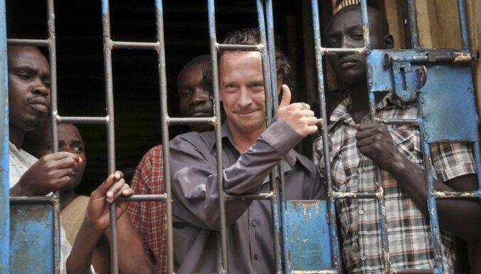 Pēc izrādes par gejiem Ugandā tiesā britu režisoru