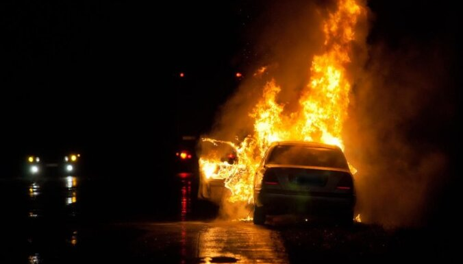 ВИДЕО. В Пардаугаве ночью горел автоплац: огонь повредил 21 автомобиль