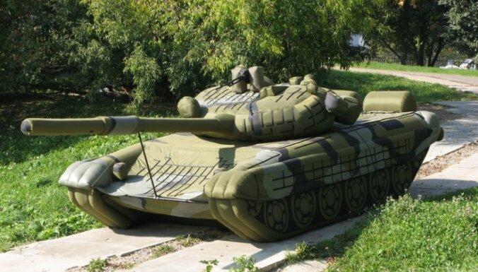 Krievijas armija pastiprināti iepērk piepūšamos tankus un raķetes
