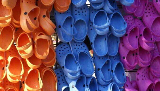 Zviedrijā iznīcināšanai paredzētus 20 tūkstošus sandaļu pāru ierosina vest uz 'nabadzīgo' Latviju