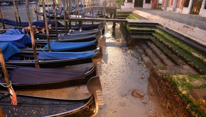 Foto: Venēcijas kanālos ūdens vietā redzami dubļi