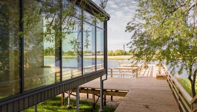 Foto: Ekspluatācijā nodota Dabas māja pie Liepājas ezera