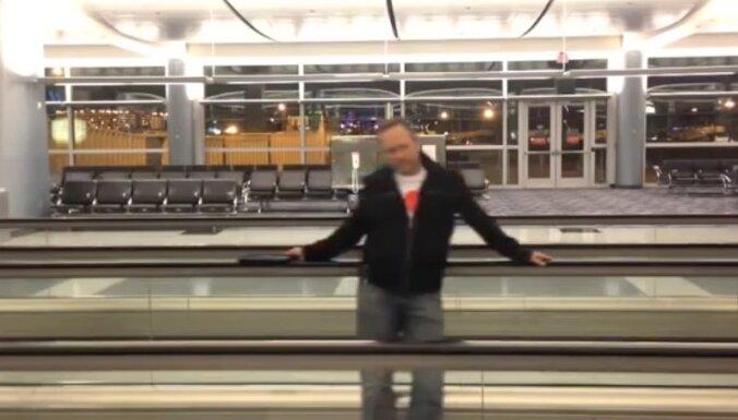 Video: Vīrietis garlaikojas lidostā un ar 'iPhone' uzņem videoklipu