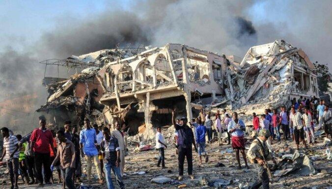 Foto: Bojāgājušo skaits Somālijas teroraktā pieaudzis līdz 231
