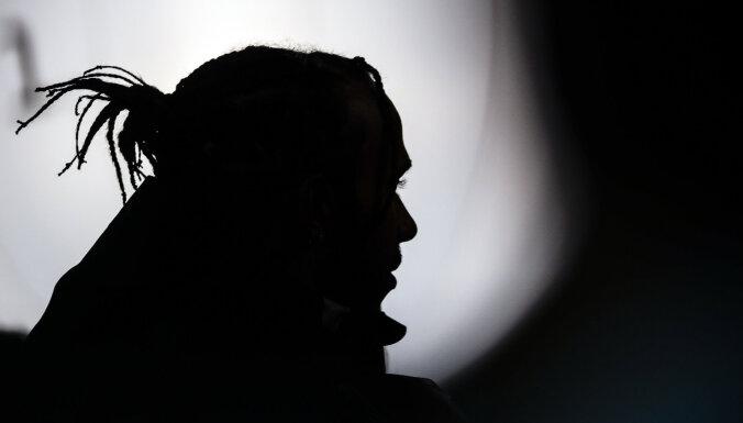 No 'Mercedes' par rasismu atlaistie darbinieki kolēģi apsaukājuši par 'musulmaņu teroristu'