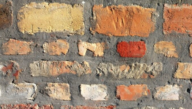 Kā attīrīt no krāsas vecu ķieģeļu mūri iekštelpā?