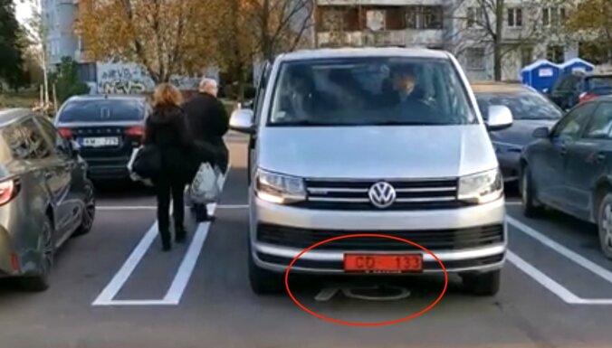 Video: 'Lidl' atklāšanā Vācijas vēstniecības auto novieto invalīdu stāvvietā
