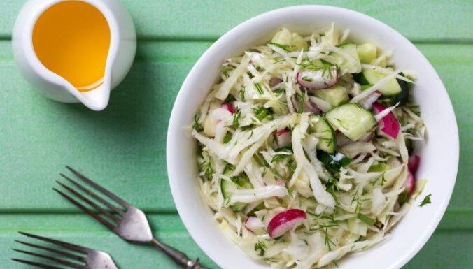 Sulīgi kāpostu salāti: 14 vienkāršas, garšīgas un maciņam draudzīgas receptes