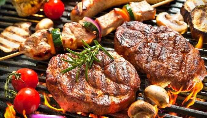 Gatavojamies grilēšanas sezonai – idejas gaļas marinādēm un padomi grila iegādei