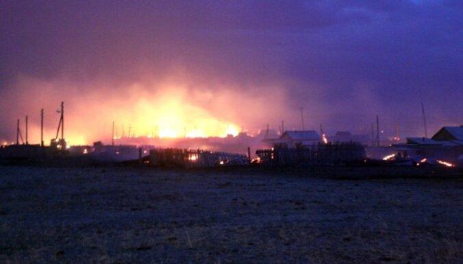 Ugunsgrēks Krievijā gandrīz pilnībā izposta ciemu