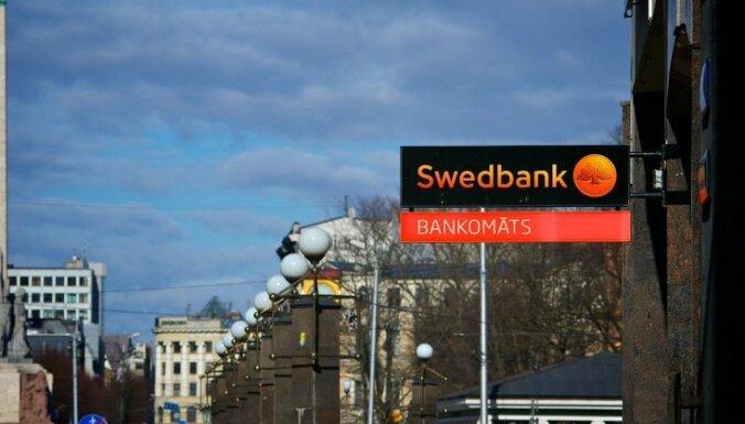 Клиентам Swedbank придется платить за снятие наличных в банкоматах DNB banka